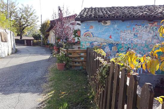 Lavacchio salita borgo di murales